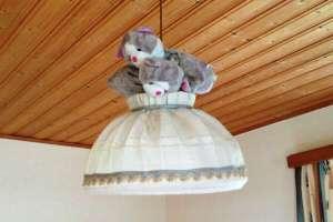 Annas Stoffkätzchen auf der Lampe? Ach ja, Bettina ist wieder mal langweilig! - © www.urlaub-greifenburg.at