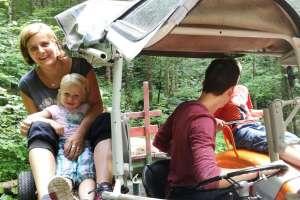 Ganz stolz sitzt Mira neben Antonio auf dem Traktor. - © www.urlaub-greifenburg.at