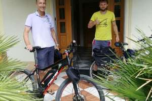 Auf geht's mit den E-Bikes vom Thalerhof zum Weissensee.  - © www.urlaub-greifenburg.at