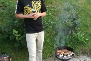 Thomas mit dem kleinsten Grill der Welt! - © www.urlaub-greifenburg.at