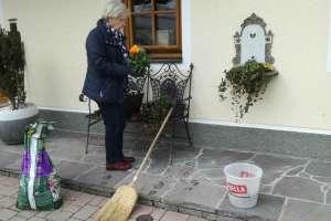 Mama, die begnadete Gärtnerin. - © www.urlaub-greifenburg.at