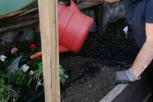Die Oma bei der Gartenarbeit. - © www.urlaub-greifenburg.at