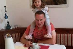 Ich freue mich, dass die kleine Anna mit ihren Eltern wieder bei uns Urlaub machen. - © www.urlaub-greifenburg.at