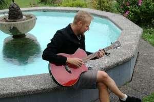 Romantische Gitarrenklänge beim Brunnen. - © www.urlaub-greifenburg.at