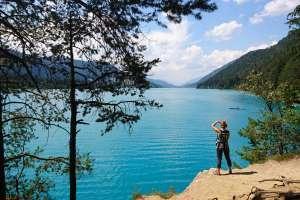 Monika kann icht genug von dieser idyllischen Landschaft bekommen. - © www.urlaub-greifenburg.at