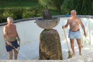 So, nun wird der Brunnen wieder geschrubbt damit frisches Quellwasser eingelassen werden kann. - © www.urlaub-greifenburg.at