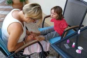 Anna, die süße Maus lässt sich gerne die Nägel von mir lackieren.  - © www.urlaub-greifenburg.at