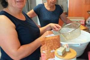 Tenzile bäckt mit Mama ein türkisch-österreichisches Brot.Leeecker! - © www.urlaub-greifenburg.at